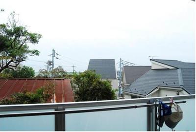 バルコニー正面は遮る建物もなく、リビングに明るい日差しが差し込みます。