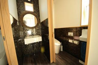 清潔感のあるトイレ、パーティ用に便利な男性専用もあります