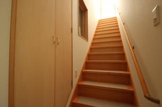 白と木目のコントラストが印象的な内装、階段部分