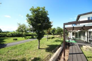 建物と敷地の庭と隣の湖岸公園