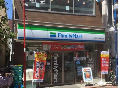 駅前にはファミリーマートがあり、当該地近隣にはローソンもあります