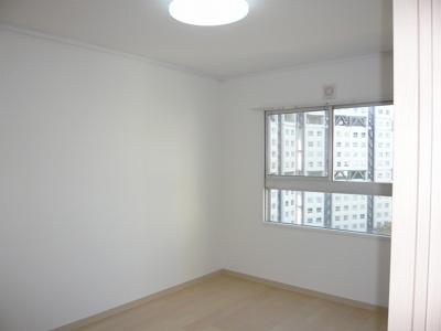 洋室6帖。床はフローリングに貼替えました。