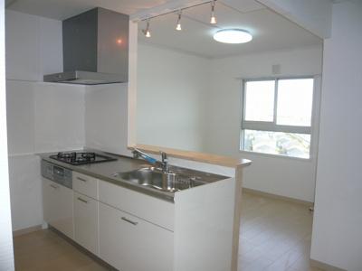 対面式のオープンキッチンに変更しました。お料理をしながら、海が見えます。