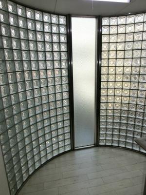 ガラスブロックの明るい階段