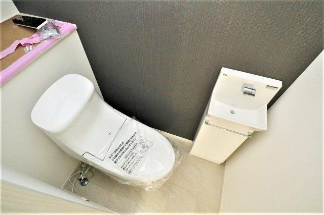 トイレです 3階トイレ内には手洗い場もあり清潔感があります 現地(2021年05月)撮影