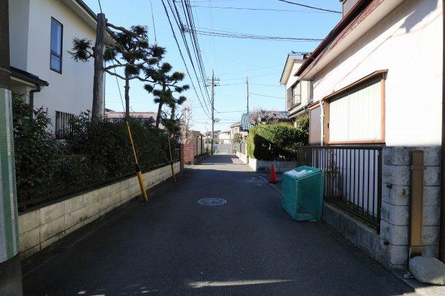 車通りも少なく、閑静な住宅街ですので、小さなお子様がいても安心です(2021年02月)撮影