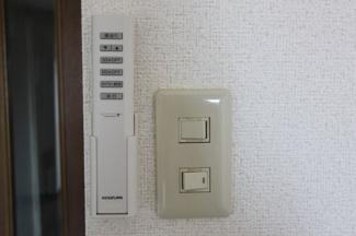 手元で照明コントロールが可能。オフタイマーも便利♪