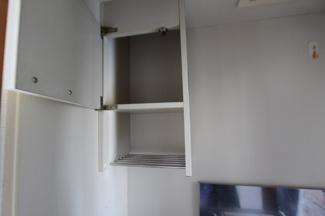 ミニキッチン上部には吊り戸棚あり
