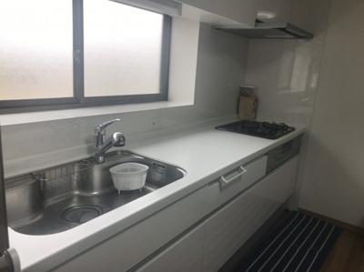 キッチンには出窓付で換気が可能です