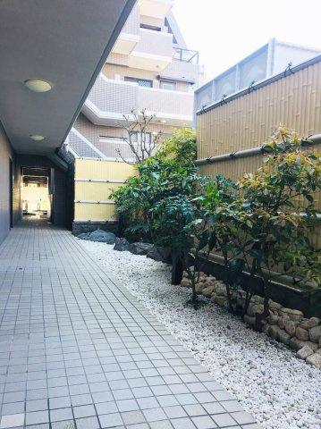 いつもきれいに整えられた共用部の庭園が安らぎをもたらしてくれます。