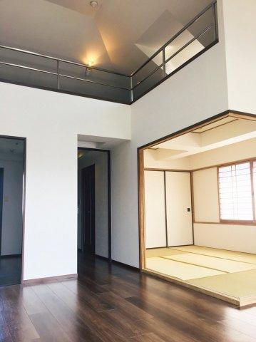ロフト付きで、天井高さは4m。三面採光で明るく光に満ちた室内です。和室があるのも嬉しいポイント