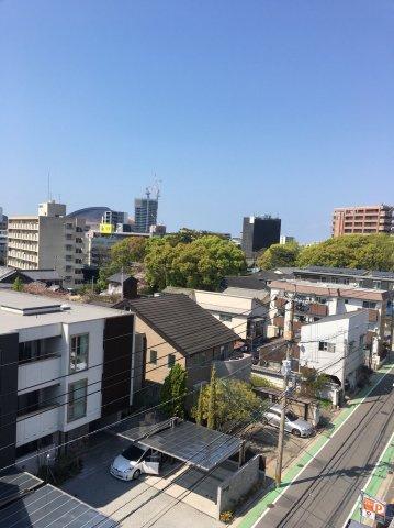 周辺に高い建物・視界を遮る建物がないので眺望◎日当り風通しもGOOD♪ この眺望は最上階の特権です