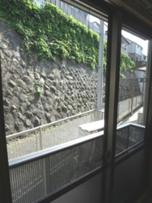 洋室8.2帖の窓の外に洗濯物を干すスペースがあります♪南向きなのでお昼からでも乾きそう☆窓にはシャッター雨戸も付いています♪
