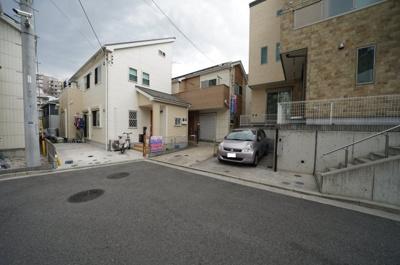 【前面道路含む現地写真】平成25年築のリフォーム済、再生住宅!全居室南向き。保土ヶ谷区今井町 中古戸建て