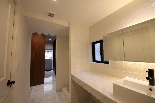 ホテルライクな、高級感ただよう洗面室 寝室のウォークインクローゼットに直接アクセスできるので、身支度がスムースにできます