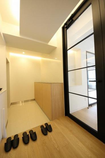 玄関は照明もデザインされ、明るく広々としたスペースになっています