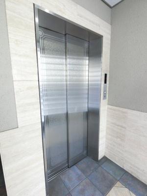 お買い物時やベビーカーの出し入れに便利なエレベーター付。