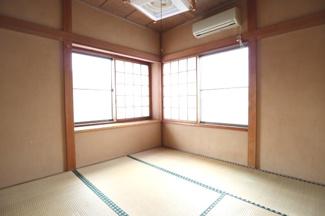2階の4.5帖和室。窓が2つあるので部屋が明るいです。2020年3月7日 15:30頃撮影。