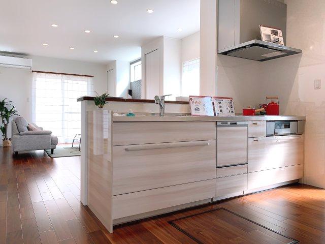 キッチンからリビングまで全て見渡せる一続きの空間♪対面なのでどこにいても家族の存在を感じられます♪