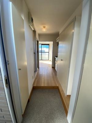 玄関からみた廊下です