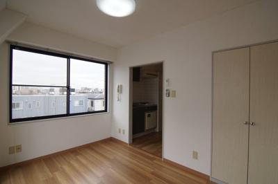 角部屋なので、窓が二つあり明るいお部屋です。