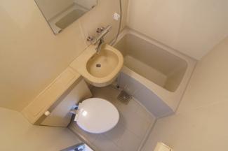 居住スペースを広くするため、浴室、洗面、トイレを一体化しています。