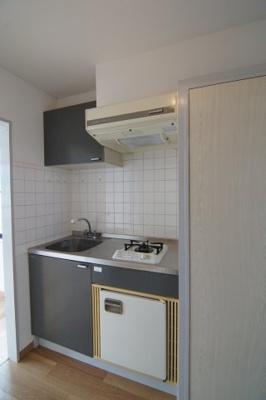使いやすいキッチンでミニサイズの冷蔵庫付です