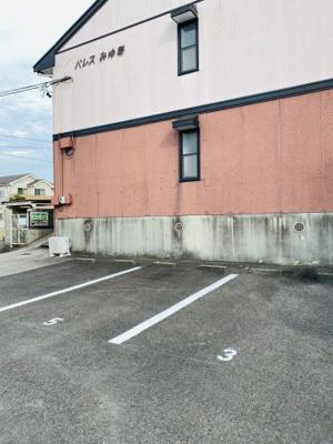 駐車場。アパートの前なので、荷物がたくさんあってもすぐに部屋まで運べるので便利です。