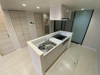 IH3口/グリル付きシステムキッチンです☆IHはサッとひと拭き簡単お手入れ♪場所を取るお鍋やお皿もすっきり収納できます♪