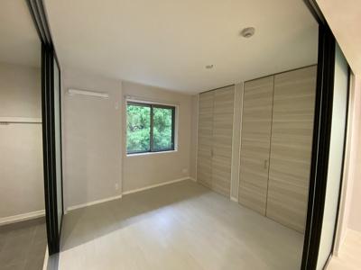 玄関側にある洋室5.4帖のお部屋です♪クローゼットが2ヶ所あるので洋服の多い方もお部屋が片付いて快適に過ごせますね♪