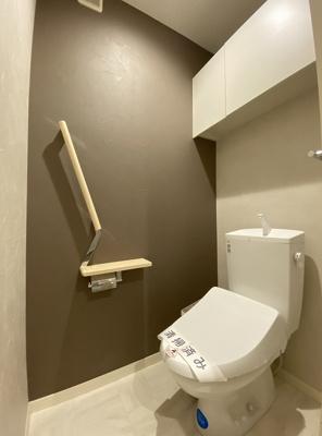 人気のシャワートイレ・バストイレ別です♪横にはタオルを掛けられるハンガーもあります♪壁紙はオシャレなアクセントクロス☆