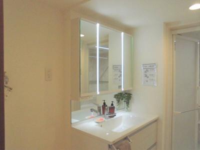 間接照明のついた三面鏡のある洗面化粧台。新調済です。