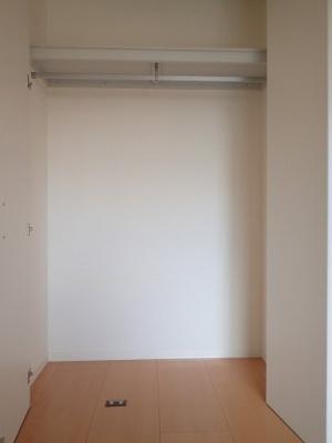 洋室9.6帖のお部屋にあるクローゼットです♪大切なお洋服もしわにならないようにハンガーがけができます☆