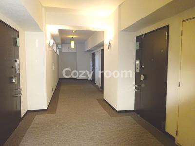 共有廊下です。廊下は、なんと絨毯敷ですよ~