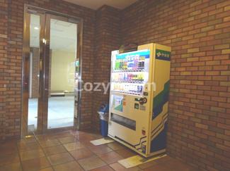 マンションの中に自販機があります。便利ですね(^-^)