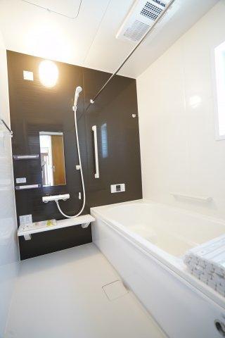 暖房換気乾燥機のついたお風呂です。雨の日の衣類乾燥、冬場のヒートショック対策、湿気とりもできますね。広いお風呂で家族一緒に入れますよ。