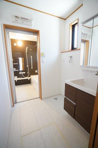 1階のスタイリッシュな洗面化粧台のある洗面所です。床下収納もあって便利ですね。