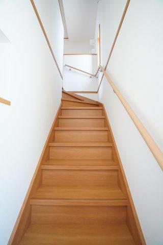 手すりが設置されている階段で安心ですね。玄関から直接2階へ行けます。