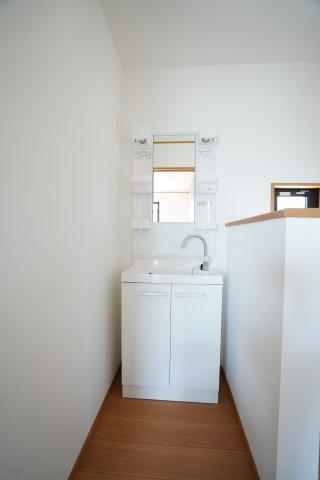 2階にも洗面台が付いていて便利ですよ!うがい手洗い歯磨き、お化粧もできますね。
