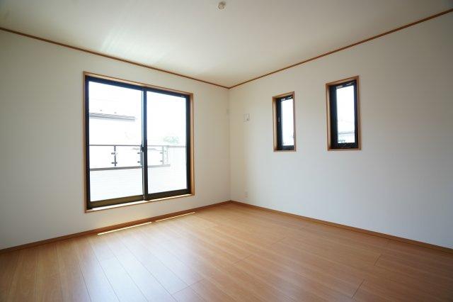 8帖の寝室です。バルコニーに出られます。2階も全室南向きで明るいですよ。