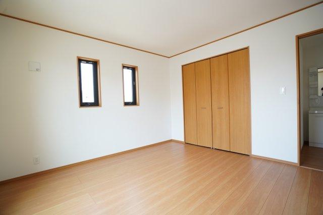 寝室から出ると洗面台があります。大きなクローゼットがあるのでお部屋がとてもすっきりとしていますね。2連窓がおしゃれですね。