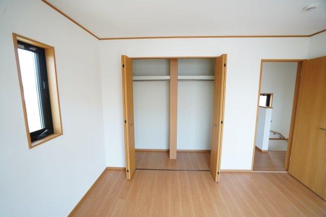 クローゼットの真ん中に仕切りがあるので、夫婦それぞれの収納や季節でわけた収納などができますね。