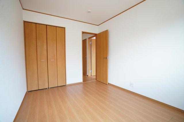 6帖の洋室も廻縁、巾木とフローリング、クローゼット扉の色が統一されおしゃれな洋室ですね。