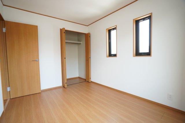 2連窓のある洋室も南向きで明るいですよ。