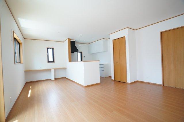 対面キッチン前の壁に広いカウンターがあります♪お子様が勉強したり、ちょっとした家事スペースにしたりできますよ。