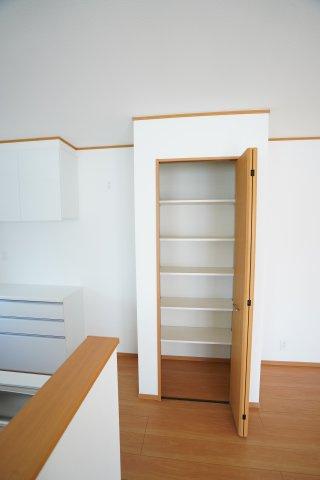 キッチン横収納スペースは棚で仕切られていて、たくさん収納できますよ