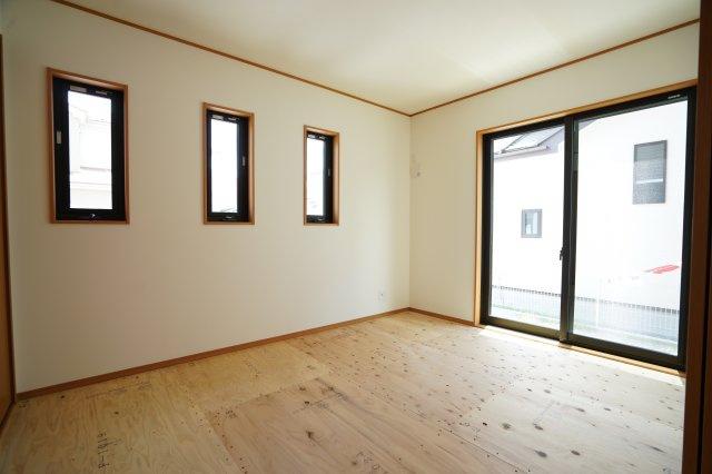 三連窓のあるおしゃれな洋室(畳敷)です。