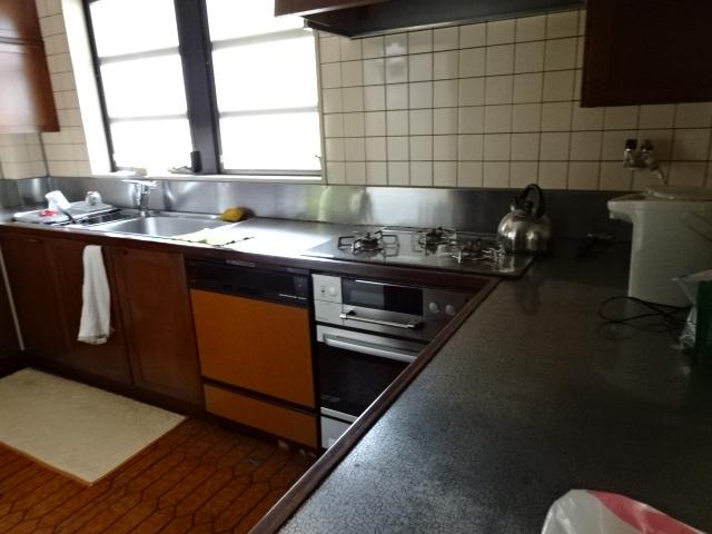 食洗器・オーブン付きの大型システムキッチンです。床は床暖房が入ってます。