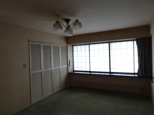 カーペットに障子で高級感のある1階洋室です。
