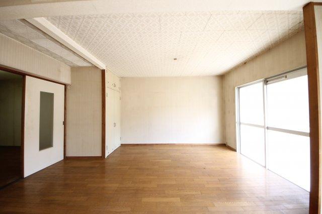 玄関は収納がないので、コンパクトな棚の設置をオススメいたします